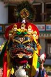 Танцор в маске выполняя вероисповедную танцульку Cham в Ladakh, внутри стоковые изображения