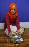 Сикхская маленькая девочка во время обедающего Стоковое фото RF