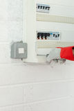 сила зрелого плана электрика ремонтируя работу Стоковое Фото