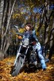 сила мотоцикла девушки брюнет стоковые изображения