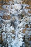 Сила природы - близкая вверх замороженного естественного водопада горы стоковая фотография rf