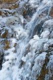 Сила природы - близкая вверх замороженного естественного водопада горы стоковая фотография