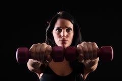 сила руки используя детенышей разминки женщины весов Стоковая Фотография