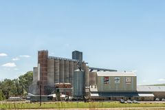 Силосохранилища и мельница восточного сотрудничества освободившееся государство в Clocolan Стоковые Фотографии RF