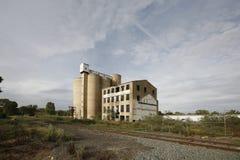 Силосохранилища и мельница зерна стоковые фотографии rf