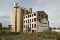 Силосохранилища и мельница зерна стоковая фотография