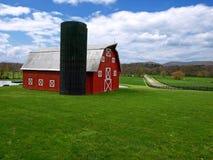 силосохранилище красного цвета амбара стоковая фотография rf