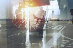Силуэты бизнесмена в аэропорте который ждет восхождение на борт двойная экспозиция стоковые фото
