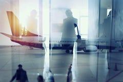 Силуэты бизнесмена в аэропорте который ждет восхождение на борт двойная экспозиция стоковые изображения