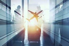 Силуэты бизнесмена в аэропорте который ждет восхождение на борт двойная экспозиция стоковое изображение