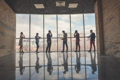 Силуэты бизнесменов в конференц-зале Стоковая Фотография RF