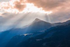 Силуэты восхода солнца горы и солнечного света Альпов Стоковые Фото
