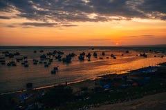 Силуэты въетнамских шлюпок в рыбацком поселке Ne Mui на заходе солнца Стоковые Изображения