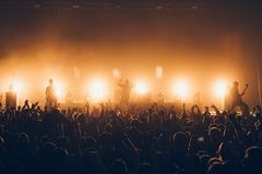 Силуэты концерта толпятся перед яркими светами этапа Толпа распродано на рок-концерте Толпа вентиляторов на музыке праздничной PA стоковые изображения rf