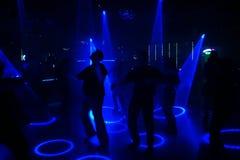 силуэты людей танцы Стоковое фото RF