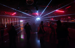 силуэты людей танцы Стоковое Изображение RF