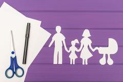 Силуэты отрезали из бумаги человека и женщины с ребенком и pram Стоковые Изображения