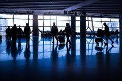 Силуэты пассажиров в азиатском авиапорте Стоковое Фото