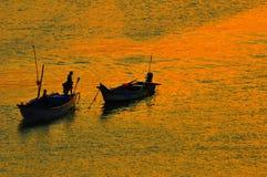 силуэты рыболовства шлюпки Стоковое Изображение
