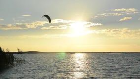 Силуэты серферов змея на заходе солнца Kiter на море Побережье Черногории и Адриатическое море Спорт и воссоздание Ada Bojana сток-видео