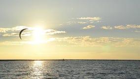 Силуэты серферов змея на заходе солнца Kiter на море Побережье Черногории и Адриатическое море Спорт и воссоздание Ada Bojana