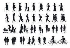 Силуэты установленные идти людей поколение времени пар, родителей, человека и женщины семьи различное идет с велосипедами, smartp иллюстрация штока