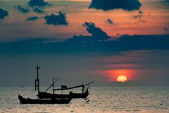 Силуэты шлюпок в порте на заходе солнца Изумляя заход солнца под морем стоковая фотография rf