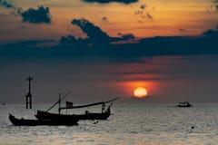 Силуэты шлюпок в порте на заходе солнца Изумляя заход солнца под морем стоковые изображения rf