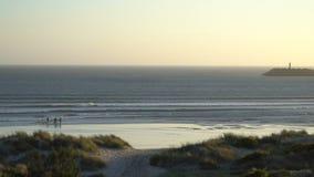 Силуэты windsurfers на заходе солнца Испания акции видеоматериалы