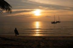 Силуэт активного рыболова стоковое фото