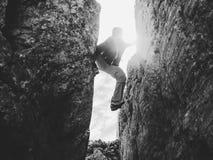 Силуэт альпиниста в crevasse в черно-белом Стоковые Изображения RF