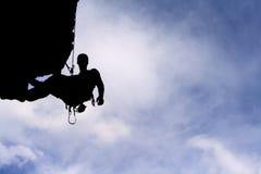 Силуэт альпиниста утеса Стоковые Изображения