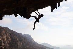 Силуэт альпиниста утеса Стоковые Изображения RF