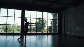 Силуэт артиста балета на предпосылке окна человек элегантно и красиво танцует классический балет в сток-видео