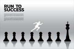 Силуэт бизнесмена бежать на шахматной фигуре от пешки к королю бесплатная иллюстрация