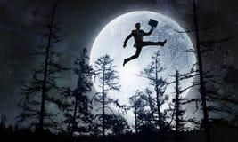 Силуэт бизнесмена над луной Мультимедиа бесплатная иллюстрация