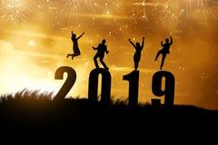 Силуэт бизнесменов празднует Новый Год 2019 стоковые фото
