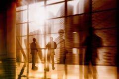 Силуэт бизнесменов представляя окном Силуэт бизнесменов на окнах Стоковое Фото
