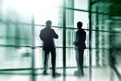 Силуэт бизнесменов представляя окном Силуэт бизнесменов на окнах Стоковые Фотографии RF