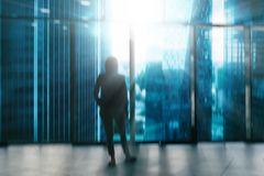 Силуэт бизнесменов представляя окном Силуэт бизнесменов на окнах Стоковые Изображения RF