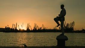 Силуэт бойца Тхэквондо на заходе солнца над морем Стоковое Фото