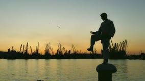 Силуэт бойца Тхэквондо на заходе солнца над морем Стоковые Фотографии RF
