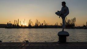 Силуэт бойца Тхэквондо на заходе солнца над морем Стоковое фото RF