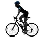 Силуэт велосипеда катания велосипедиста задействуя изолированный женщиной Стоковая Фотография RF