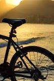 Силуэт велосипеда перед пляжем стоковое фото rf