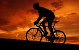 силуэт велосипедиста стоковая фотография rf