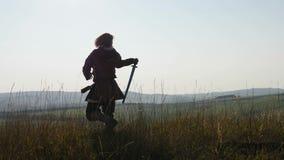 Силуэт Викинга практикуя использующ шпагу для сражения сток-видео