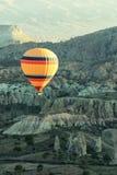 Силуэт воздушного шара в небе восхода солнца Стоковая Фотография RF