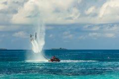 Силуэт всадника доски мухы на море Профессиональный всадник делает фокусы в голубой лагуне Тропическое оборудование водных видов  Стоковое Изображение