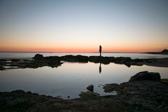 Силуэт в зеркале воды Стоковые Фотографии RF